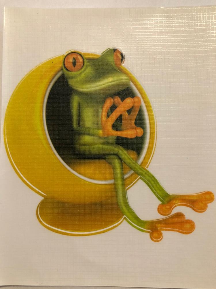 Bydlení a domácnost - Nálepka na auto - žába sedí v křesle