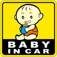 Nálepka na auto - sedící miminko pije z modré láhve